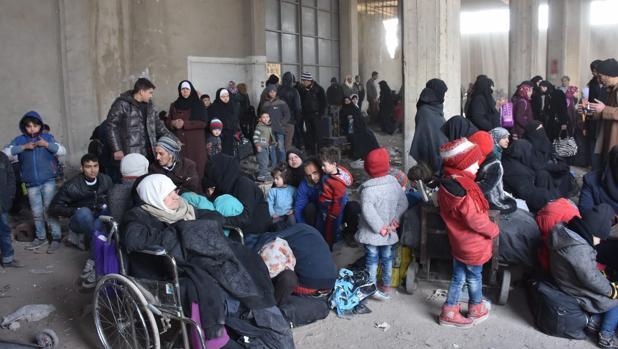 Familias de sirios desplazados desde Bestan al-Kasr y al-Ferdaws en los barrios orientales de Alepo