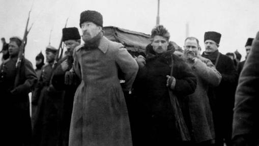Varios hombres cargan con el féretro de Lenin
