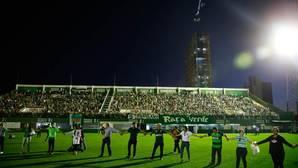 Miles de aficionados rinden un improvisado y emotivo homenaje al Chapecoense
