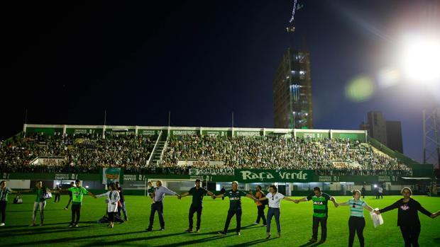 Imágenes del homenaje celebrado en el estadio del club, en recuerdo de los fallecidos en el accidente