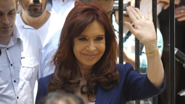 La expresidenta, a la salida de la Embajada de Cuba en Buenos Aires