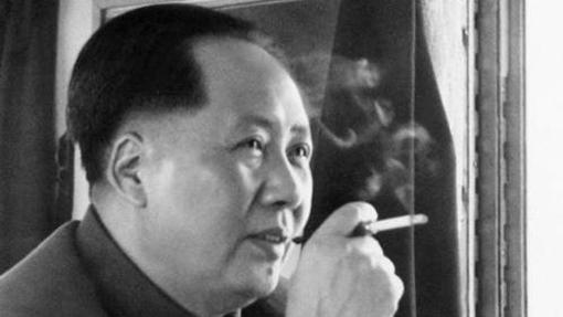 Mao Zedong, máximo dirigente del Partido Comunista de China, fumando en el interior de un tren