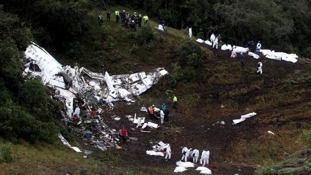Vista general de las labores de rescate en el avión boliviano accidentado en el municipio de La Ceja, departamento de Antioquia
