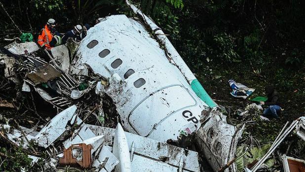 Restos del abión de Lamia, siniestrado este lunes, en las cercanías del Aeropuesto de Medellín
