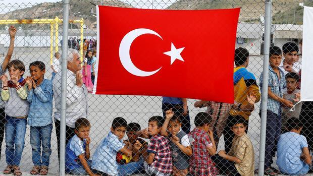 Refugiados esperan la llegada de funcionarios al campo de Nizip, cerca de Gaziantep