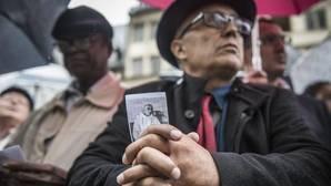 Un hombre sostiene una fotografía del cura asesinado Jacques Hamel durante su funeral en la Catedral de Ruán, Francia