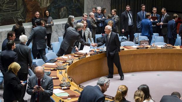 Riyad H. Mansour (c), observador permanente de la Autoridad Palestina en la ONU, saluda a Román Oyarzún Marchesi, representante permanente de España ante el organismo internacional, antes de la votación del pasado 23 de diciembre sobre los asentamientos israelíes