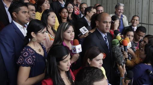 El diputado oficialista Héctor Rodríguez se dirige a los medios tras presentar un recurso ante el Supremo contra la decisión de la Asamblea Nacional de destituir a Maduro