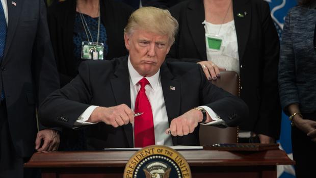 El presidente de Estados Unidos, Donald Trump, a punto de firmar la orden ejecutiva que aprueba la construcción de un muro entre su país y México