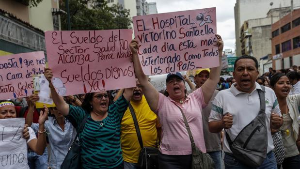 Trabajadores de la salud se manifiestan este martes en Caracas para reclamar mejoras salariales y contra la escasez de medicinas y material médico