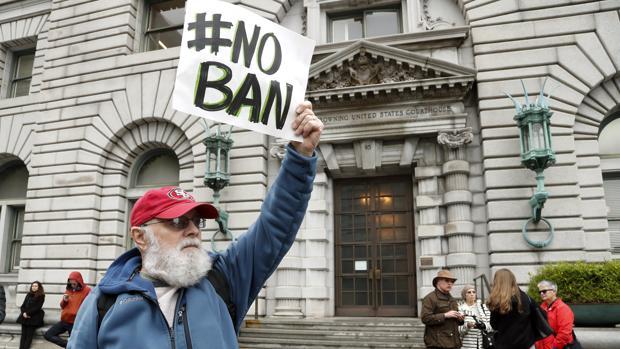 Manifestantes protestan en contra de la prohibición de viajar a Estados Unidos de ciudadanos de siete países musulmanes