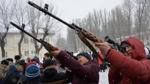 Escolares con rifles de francotirador durante un día de puertas abiertas en Kirguistán