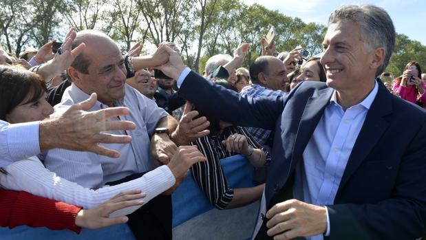 Mauricio Macri saluda a los asistentes a un acto oficial este lunes en Saladillo, a 180 kilómetros al suroeste de Buenos Aires