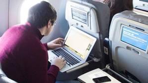 Preguntas y respuestas: ¿Por qué hay países que quieren prohibir ordenadores y tablets en los aviones?