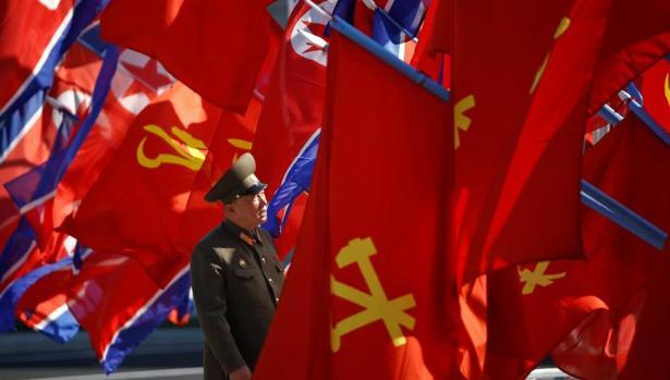 Un militar norcoreano revisa las banderas antes de la inauguración de un complejo de viviendas en la calle Ryomyong, este jueves en Pyongyang