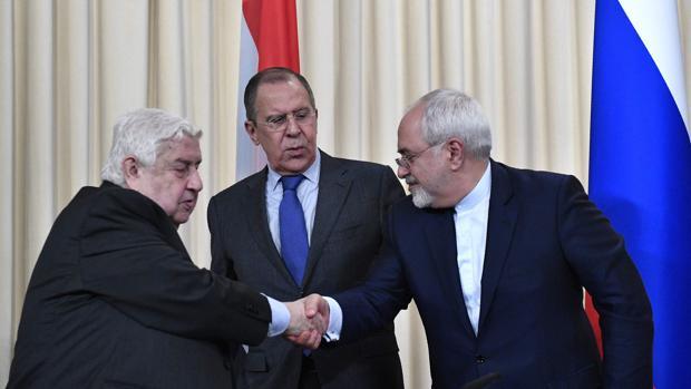 Lavrov (centro) observa el saludo entre Al Mualem y Yavad Zarif
