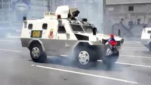 Una venezolana opositora hace frente a un tanque de la GNB