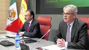 Alfonso Dastis y Luis Videgaray (i), durante la rueda de prensa conjunta de este jueves en Madrid