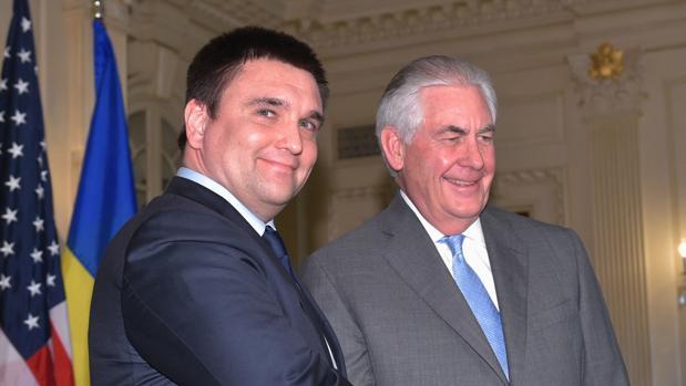 El secretario de Estado de EE.UU., Rex Tillerson (dcha) junto al ministro de Exteriores ucraniano, Pavlo Klimkin