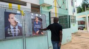 Un hombre pasa ante unos carteles de los candidatos presidenciales