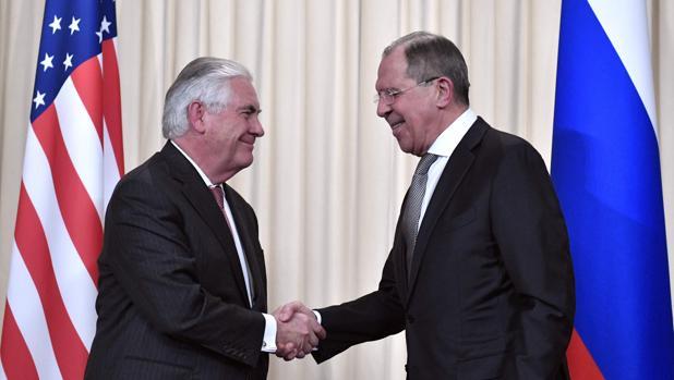 El ministro de Exteriores ruso, Serguéi Lavrov (derecha), saluda al secretario de Estado norteamericano, Rex Tillerson, durante un encuentro en Moscú el pasado 12 de abril