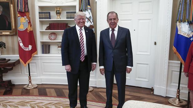 Donald Trump (izda) posa junto al ministro de Exteriores ruso, Serguéi Lavrov (dcha) en el Despacho Oval