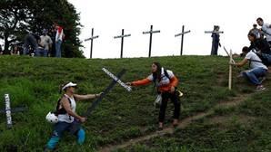 Los partidarios de la oposición llevan cruces con los nombres de las víctimas de la violencia durante las protestas contra el gobierno del presidente de Venezuela, Nicolás Maduro