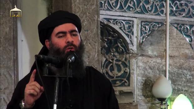 El líder de Daesh, Al Bagdadi, arenga a sus seguidores en una mezquita de Mosul, en una imagen de archivo
