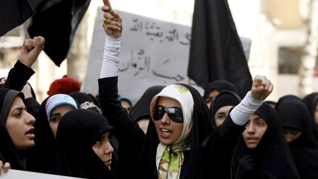 Estudiantes iraníes en una protesta delante de la la embajada francesa en Teherán