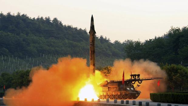 Fotografía facilitada el 30 de mayo por la agencia estatal norcoreana que muestra el lanzamientode un misil