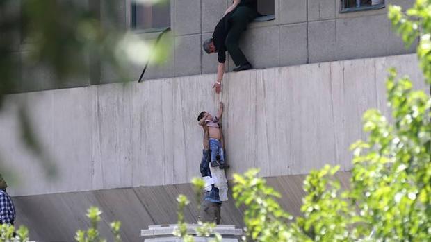 La policía iraní evacúa a un niño del Parlamento