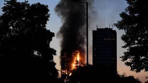 Un edificio de viviendas en Londres se consume por un enorme incendio
