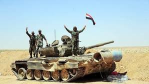 Varios oficiales del Ejército sirio en su carro de combate después de una operación en Al Badia de Palmya