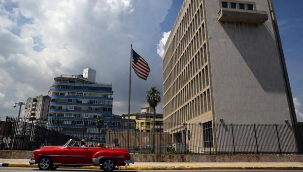 Un vehículo antiguo pasa junto a la Embajada de EE.UU. en La Habana el pasado viernes