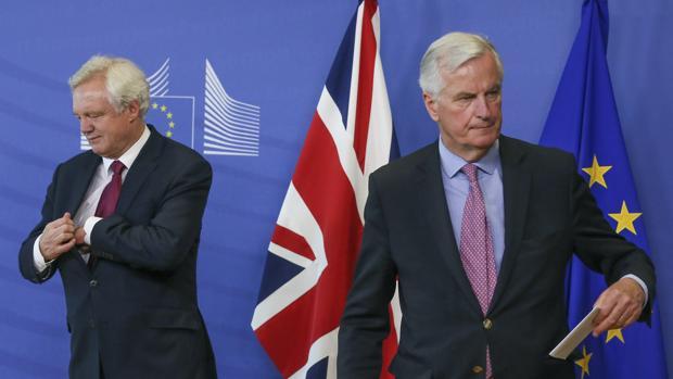 El secretario de Estado británico para el Brexit (izda) junto al negociador jefe de la Comisión Europea (CE), Michel Barnier (d), en Bruselas (Bélgica)