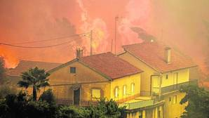 Fuego próximo a casas en Vale das Porcas, Alvaiazere, centro de Portugal, este domingo