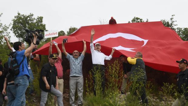El principal partido de la oposición turco convocó ayer una protesta contra la condena a diez años de cárcel para uno de sus diputados