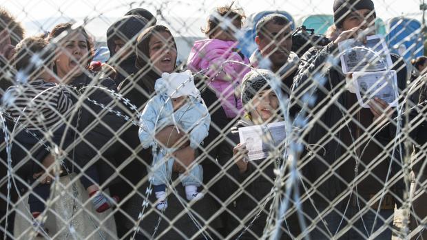 Grupo de refugiados en la frontera entre Grecia y Macedonia