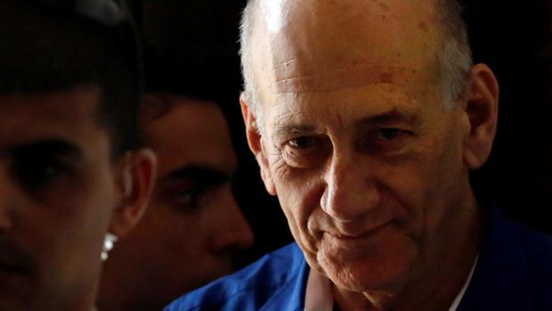 Olmert, a la salida del Tribunal de Justicia, en Tel Aviv, en 2014