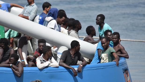 Refugiados rescatados en el Mediterráneo a su llegada a Catania