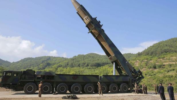 El cohete balístico intercontinental norcoreano Hwansong-14, preparado para un lanzamiento de prueba