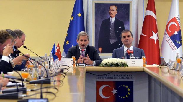 El ministro de Turquía para la Unión Europea, Omer Celik, en la comisión europea para la politica de la vecindad
