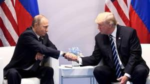 Trump y Putin se estrecharon la mano por unos segundo ante las cámaras