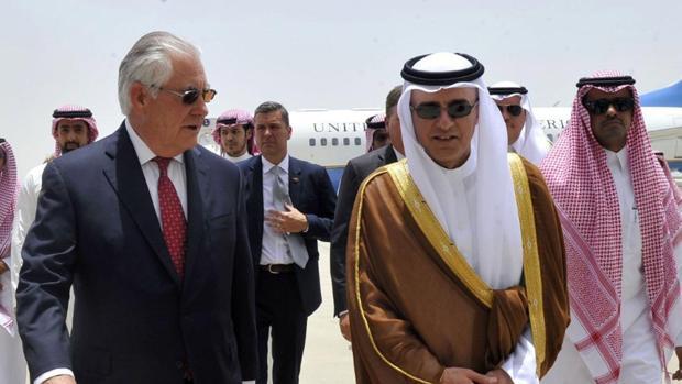 El jefe de la diplomacia saudí, Adel al Yubeir, recibió a Rex Tillerson en Yeda