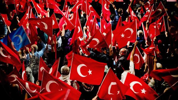 Miembros de la comunidad turca conmemoran el primer aniversario del fracaso del golpe de estado turco