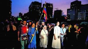 Unas religiosas participan en una protesta contra el Gobierno de Maduro, este jueves en Caracas