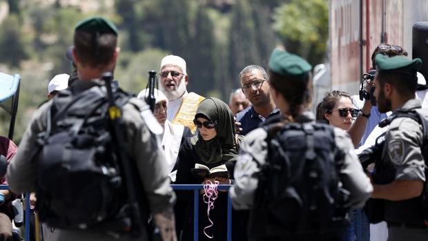Palestinos este domingo en la entrada de la Mezquita de Al-Aqsa, en la frontera con Israel