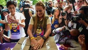 Lilian Tintori y Antonieta Mendoza (i), esposa y madre del preso político Leopoldo López, votaron este domingo en Caracas, en el plebiscito organizado por la oposición