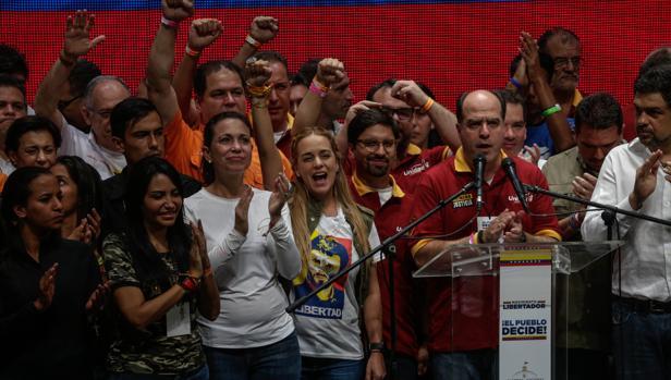 El presidente de la Asamblea Nacional, el diputado Julio Borges (3d), acompañado por diputados y dirigentes de la Mesa de la Unidad (MUD) entre los que se encuentran el vicepresidente de la Asamblea Freddy Guevara (4d) y Lilian Tintori (c)