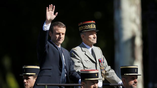 El presidente de Francia, Emmanuel Macron, y el jefe deEstado Mayor, Pierre de Villiers, el pasadoviernes durante el desfile del Día de la Bastilla